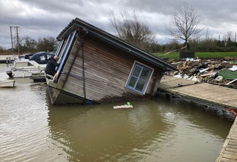 Houseboat at Pillings lock courtesy BBC