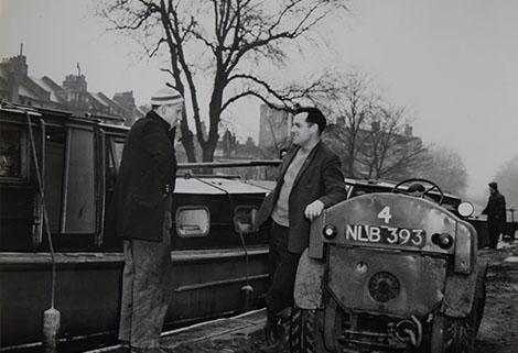 John Hall talking to a steerer at Old Ford Lock circa 1950. © Hazel White
